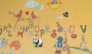 Zidna slika, akrilne zidne boje, rad učenika nižih razreda, slova abecede uz prigodne dekoracije većinom animalnih motiva, OŠ Antuna Mihanovića