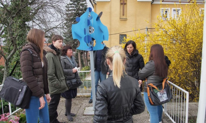 Skulptura Plavi cvijet, ispred Zbirke Richter
