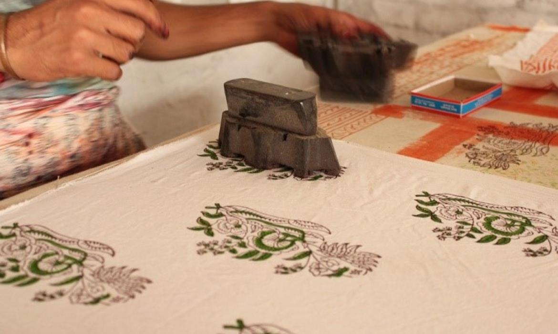 Tradicionalna azijska tehnika koja može poslužiti za odabir likovne tehnike izrade razredne zastave je visoki tisak gumenim pečatima.