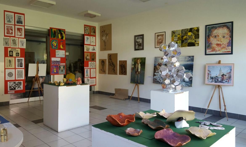 Pogled na izložbu i zrcalnu skulpturu učenika 7. razreda OŠ Samobor