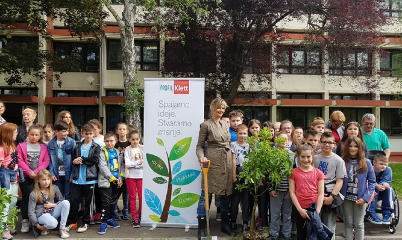 Sadnja jabuka u OŠ Luka u društvu najpoznatije hrvatske vrtlarice Korenlije Benyovsky Šoštarić
