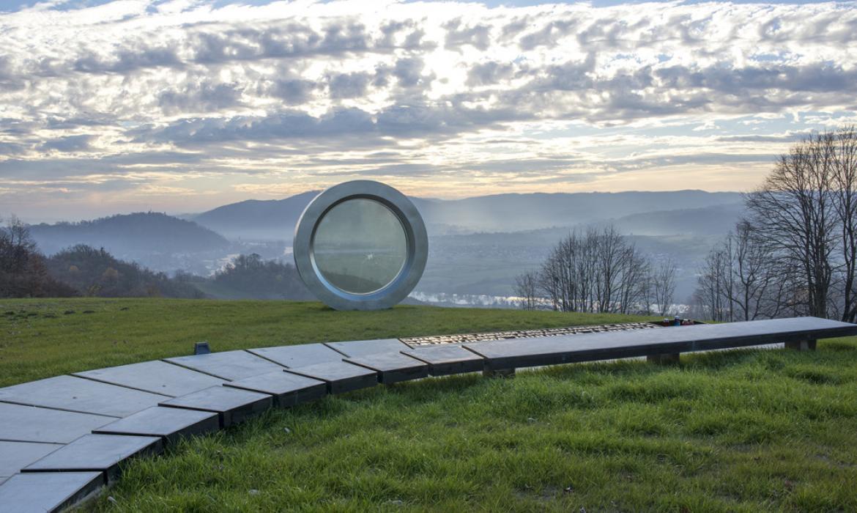 Spomenik je smješten u prekrasnoj prirodi na brdu Čukur iznad Hrvatske Kostajnice (fotografija: I. Dorotić i M. Bosnić)
