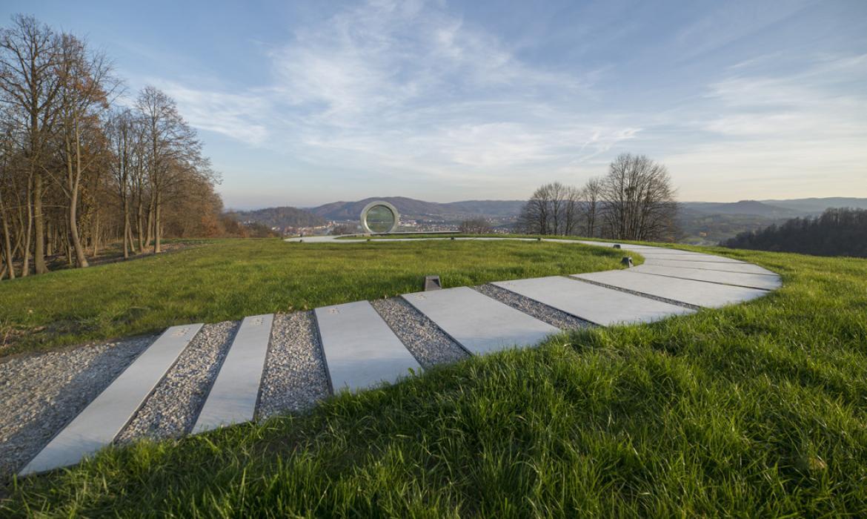 Staza s 33 ploče koje vode do spomenika (fotografija: I. Dorotić i M. Bosnić)