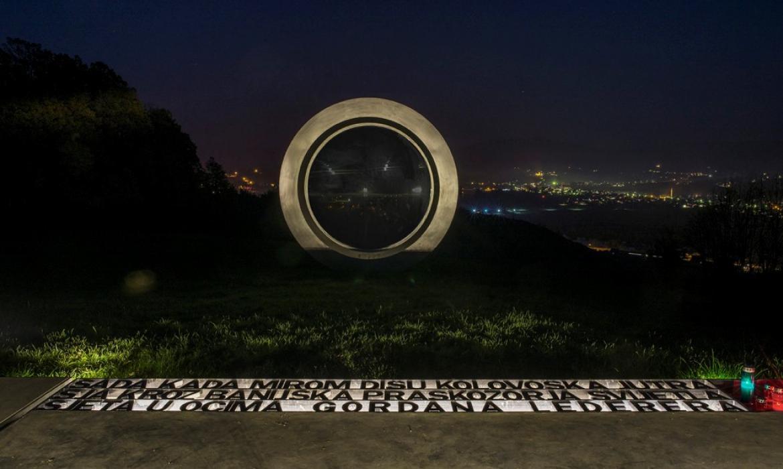 Spomenik Ledereru snimljen u noći (fotografija: I. Dorotić i M. Bosnić)